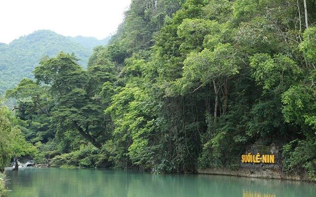 Khung cảnh thiên nhiên hoang sơ, hùng vĩ của suối Lê Nin